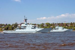 : HMS Severn (P282) and HMS Mersey (P283), two River class offshore patrol vessels. Author Torsten Bätge via Wikimedia Commons.